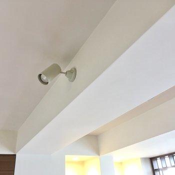 スポットライトがお部屋を明るく照らしてくれるかも。(※写真は清掃前のものです)