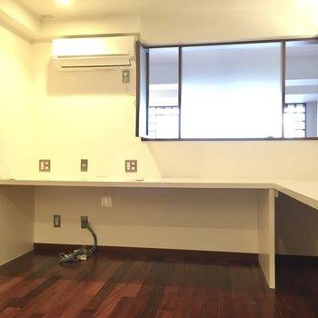 洋室にはカウンターテーブルがついています。(※写真は清掃前のものです)