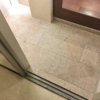 玄関はしっかり大きいですね。シューズボックスは持ち込みです。(※写真は清掃前のものです)