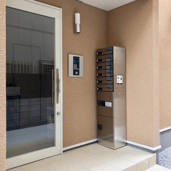 集合玄関前には宅配ボックスが。※写真は前回募集時のものです