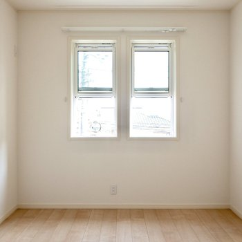 【洋室】東向きの小窓から入る朝日が心地よさそうです。※写真は前回募集時のものです