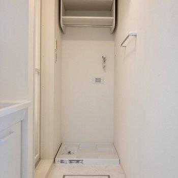 脱衣所奥に洗濯機置き場があります。上部の収納にはお掃除用品を。※写真は前回募集時のものです