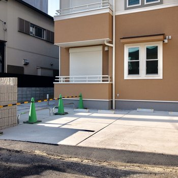 駐輪場は建物前に。※写真は前回募集時のものです