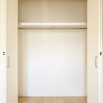 【洋室】衣装ケースを置いたらよりスッキリ収納できそうです。※写真は前回募集時のものです .