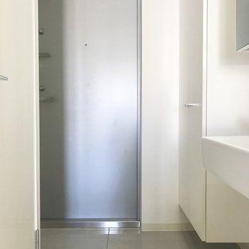 玄関は横長で狭め。