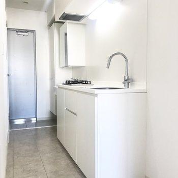 キッチンはシンプルなたたずまい。蛇口の形がかわいらしい!