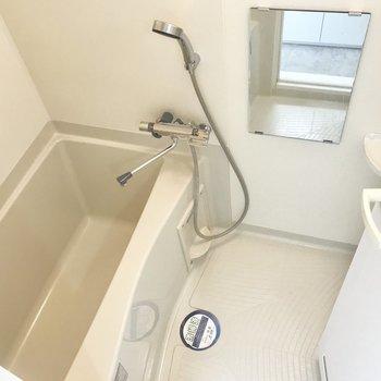 お風呂はひとり分なら問題ない広さです・