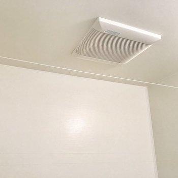 浴室乾燥機はありませんが、換気扇で室内干しが可能です!