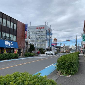 バス停の近くにもスーパーが。