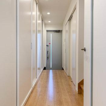 廊下へ出て2階へ。この廊下もまたすごいんですが、それは後ほど。