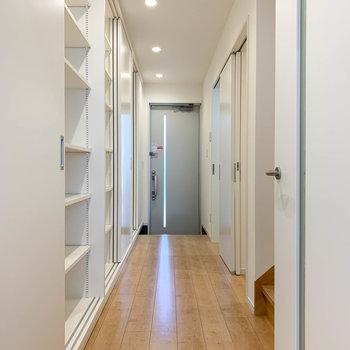 廊下へ戻って。左側は引き戸6枚分の収納になっています。