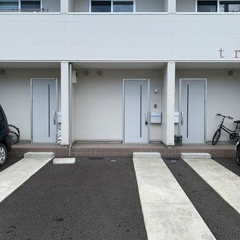玄関の前に駐車場。各部屋に一台ずつ。