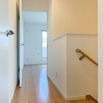 廊下へ出て、向かいの洋室へ。