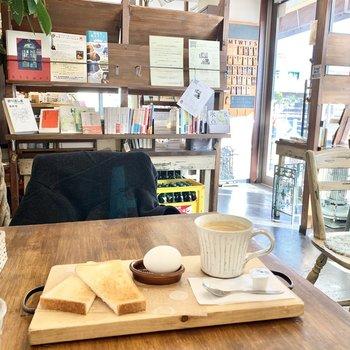 中神駅前の本が読めるカフェ。美味しいコーヒー、WiFi完備、全席電源もあっておすすめです。