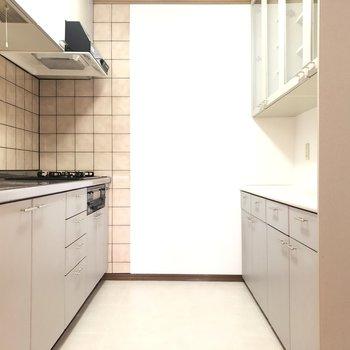 【LDK】キッチンへ!冷蔵庫は右手前に置くスペースがあります。