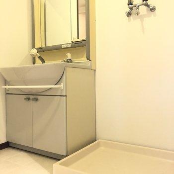 独立洗面台と洗濯機置場は横並びに。