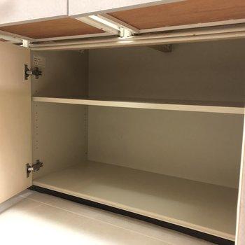【LDK】上のガラス戸の収納にはお気に入りを。下の段にはあまり使わないものを。