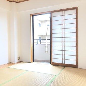 【和室】畳に光が柔らかく差し込みます。