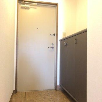 靴箱の上に鍵などを置くスペースを。