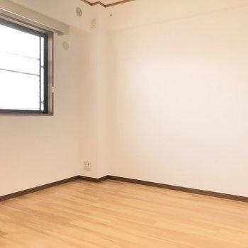 【東側洋室】このお部屋は姿見を置きたいな。