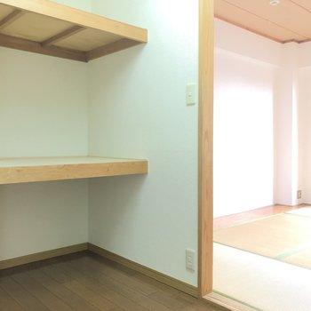 【納戸】コンセントがあるので、棚を机として書斎として◎