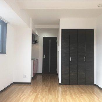 黒い扉が空間を引き締めます。