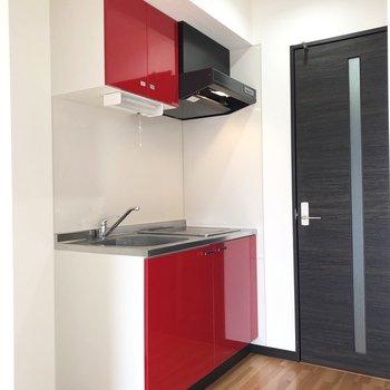 赤いキッチンがお部屋のチャームポイント。