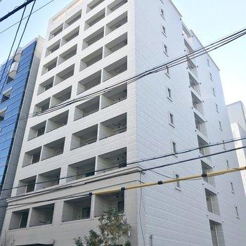 建物の表、裏、どちらにもエントランスがある珍しい造りです。