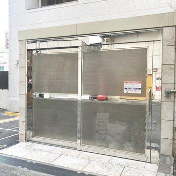 【共用部】入り口左手にゴミ置き場があります。この裏がバイク置き場の入り口でした。