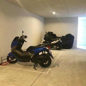 【共用部】オートロックキーを使って屋内のバイク置き場に入れます。