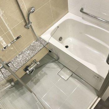 お風呂は透明なとびらでラグジュアリー!広さも申し分なし。