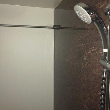 浴室乾燥使用時に役立ちそうなポールも付いていましたよ。※写真は7階の反転間取り別部屋、通電前のものです