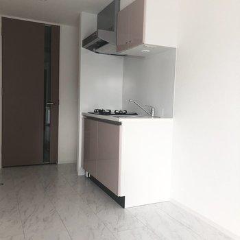 【DK】つづいてはキッチンです。※写真は7階の反転間取り別部屋のものです
