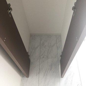 【洋室】下部にカゴやラックを置いて収納率を上げましょう。※写真は7階の反転間取り別部屋のものです