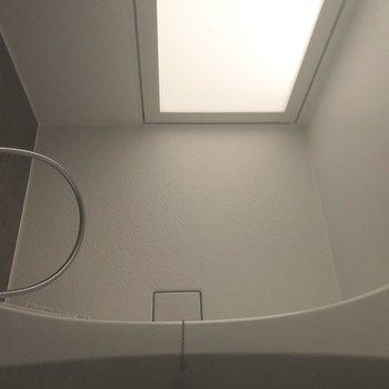 洗い場は風呂いすを置いても余裕がありそうな広さがあります。※写真は7階の反転間取り別部屋、通電前のものです