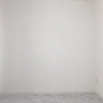【DK】柱型が少ないのでレイアウトしやすそうですよ。※写真は7階の反転間取り別部屋のものです