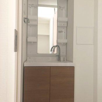 洗面台は歯ブラシホルダーなどを置けそうな部分が4つ付いて機能的。※写真は7階の反転間取り別部屋、通電前のものです