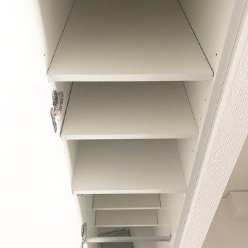 シューズボックスは縦長で奥行きもあるタイプのものでした。※写真は7階の反転間取り別部屋のものです