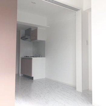 【洋室】写真右横に照明のスイッチがありましたよ。※写真は7階の反転間取り別部屋のものです