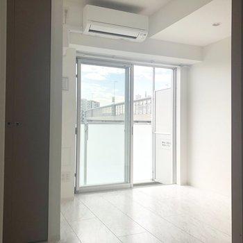 【洋室】白を基調としたお部屋です。※写真は7階の反転間取り別部屋のものです