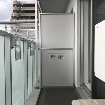 バルコニーは1週間分の洗濯物を一気に干せそうな広さ。※写真は7階の反転間取り別部屋のものです