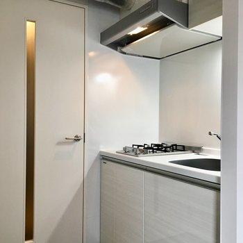冷蔵庫はキッチンの右側へ。