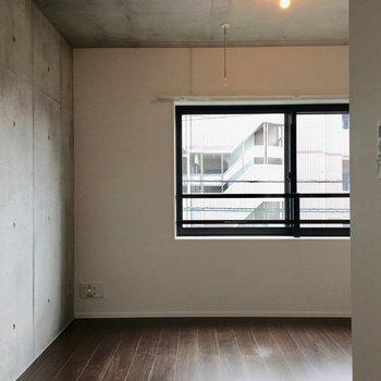 お部屋に入るとすぐに、コンクリの壁と大きな窓がこんにちは。