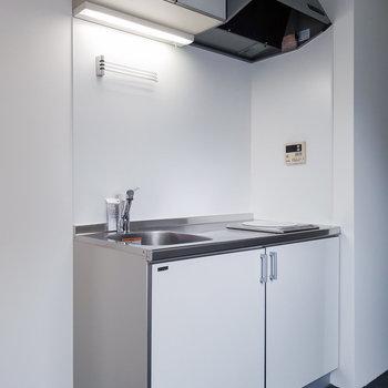 キッチンは白でコンパクトめのデザイン。