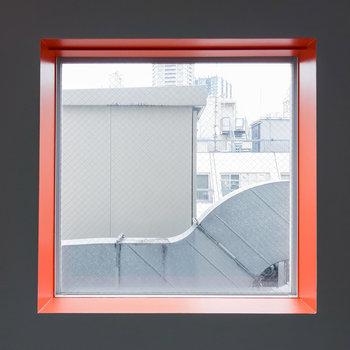 窓にはオレンジのアクセント。