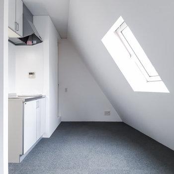 奥の三角スペースはキッチンがあります。