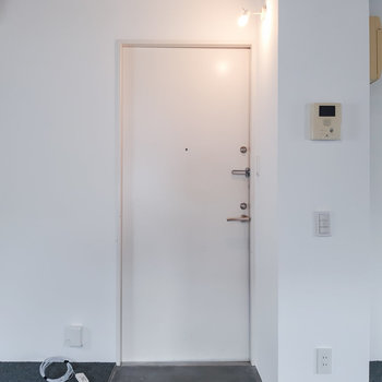 玄関はフラット。