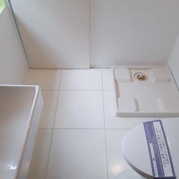 洗濯機も同じスペースに置きます。