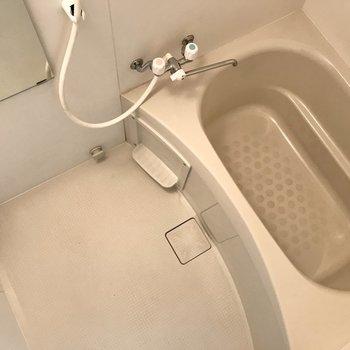 まずはお風呂。シンプルに白でまとまっています。
