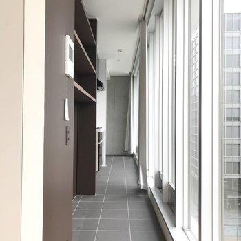 さて、右側の廊下へ。床はタイルです。